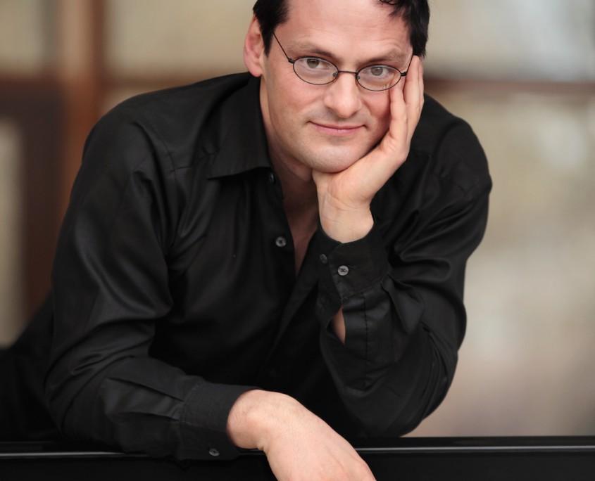 Pianist Tobias Forster am Flügel, Pressefoto, Foto anna.s.